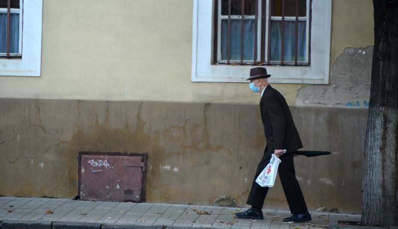 Már Hargita megyét is úgy meglegyintette a járvány, hogy az utcán is maszkban kell járni