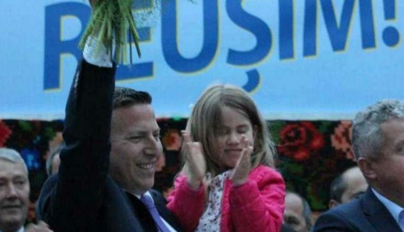 Hiába ünnepelt az újraválasztott gyerekbántalmazó polgármester