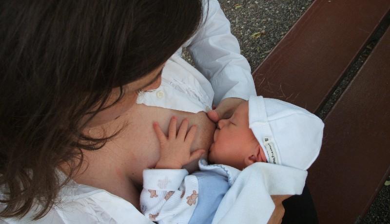 Törvényes: zavartalanul szoptathatják nyilvánosan a gyereküket az anyák