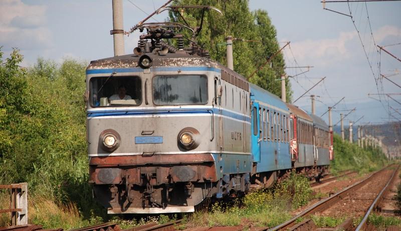 Román vasúti tragikomédia: meghibásodott egy mozdony. Majd a helyette küldött mozdony is meghibásodott