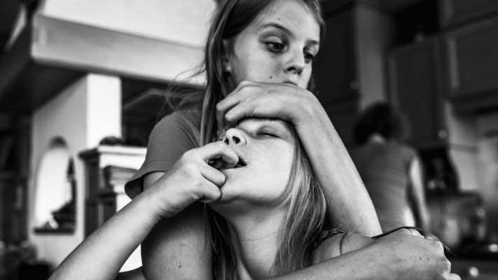 Carla Kogelman (°1961) werkte 25 jaar in de theaterindustrie. In 2008 gooide ze het roer om en ging naar de Fotoacademie Amsterdam. Ze studeerde af bij Joost van den Broek met als specialisatie documentaire/ journalistiek/portret. Een maand later won ze de 1e prijs bij de Zilveren Camera met verstilde portretten van acteurs back stage. Carla Kogelmans signatuur is onmiskenbaar: ze vangt het dagelijks leven van kinderen op een natuurlijke maar toch indringende manier. Haar kracht ligt in lange termijn projecten. Met haar project Ich bin Waldviertel waarin ze twee Oostenrijkse zusjes volgt, won ze twee keer (2014 en 2018) de eerste prijs bij World Press Photo, respectievelijk in de categorieën 'observed portraits' en 'long term project'. Daarnaast won ze 6x de Zilveren Camera; de Happiness on the Move Award in Cortona; 2x Alfred Fried Photography Award, en de SO Award. Door steeds terug te komen bij dezelfde gezinnen, krijgt ze een goed inzicht in hun persoonlijke sfeer en gebruikt ze de mogelijkheid om ongedwongen speciale momenten te pakken. Daarnaast heeft ze een fascinatie voor de backstage verhalen van theater en sport. Naast haar eigen projecten werkt ze in opdracht voor o.a. kranten en magazines en geeft ze lezingen, masterclasses en workshops in zowel binnen- als buitenland.