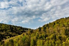 Hügel und Wolken