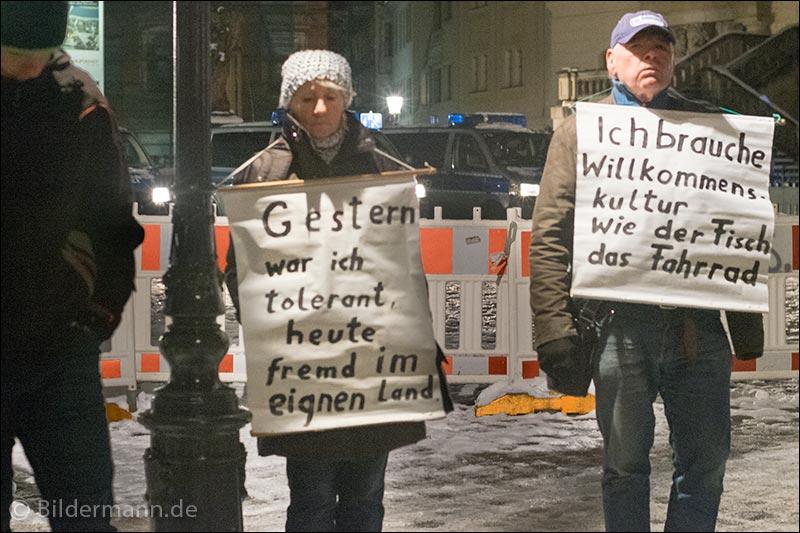 Foto: Demonstranten bei der ''PEGIDA'' - Demonstration am 18.01.2016 in Dresden