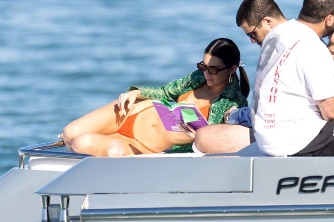 Ünlü model Kendall Jenner'ın sere serpe kitap keyfi! Resmen içine düştü