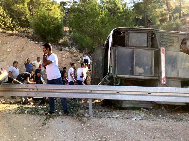 Son Dakika: Mersin'de askerleri taşıyan otobüs devrildi: Çok sayıda yaralı var