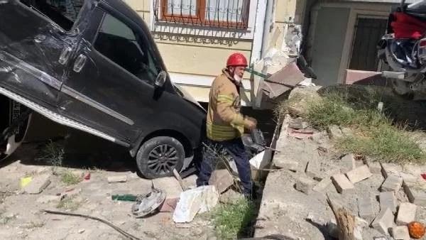 Sancaktepe'de yokuş aşağı inerken kayan tır önce 4 araca, sonra binaya çarptı