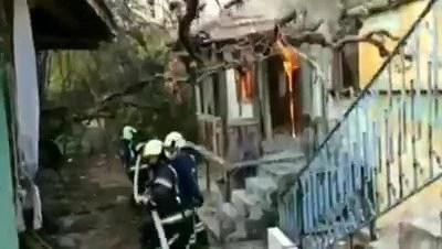 İtfaiye, metruk binadaki yangını söndürmek için kapıyı kırdı