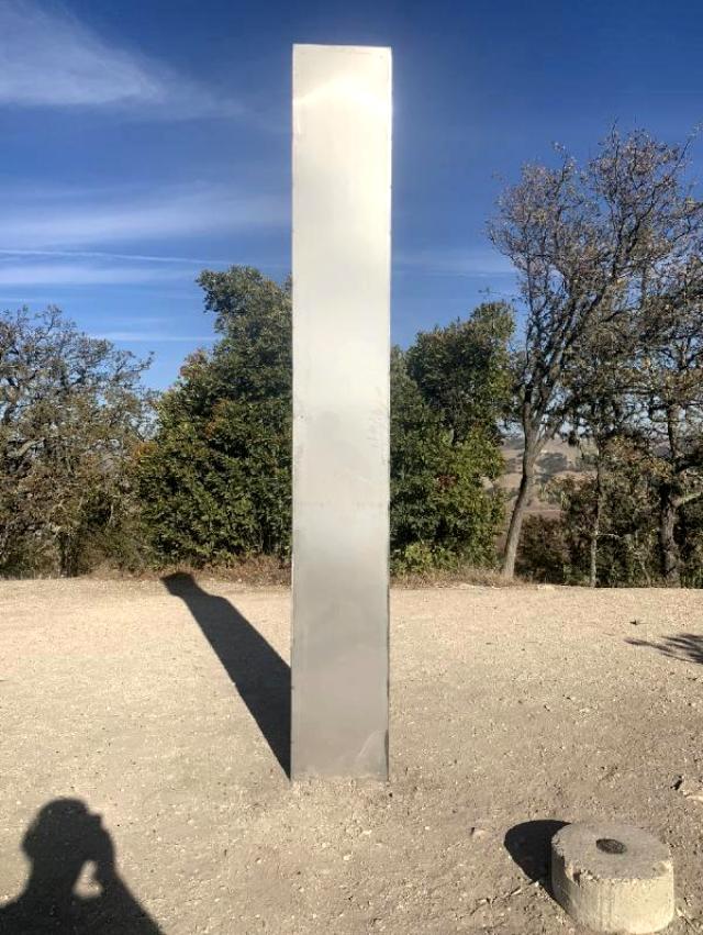 gizemi cozulemeyen metal monolit bu kez de 13775597 7780 m - Gizemi çözülemeyen metal monolit bu kez de Kaliforniya'da bulundu