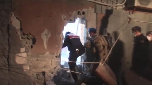 تمت مداهمة 89 شخصًا أثناء قيامهم بالمقامرة في المبنى الذي تم دخوله عن طريق انهيار الحائط بدلو.