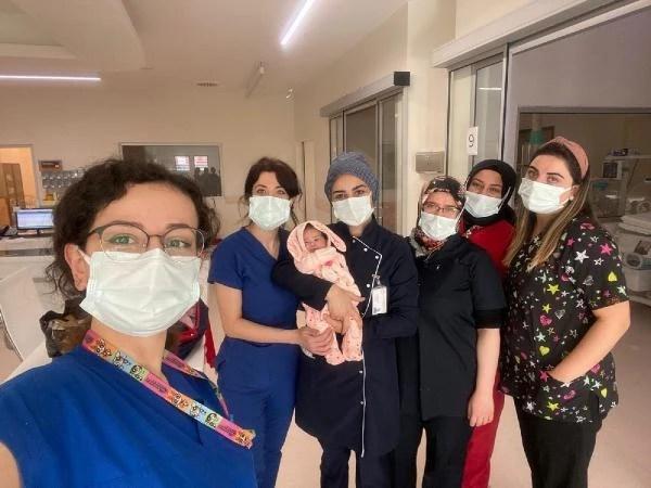 اعتنى أخصائيو الرعاية الصحية بالطفل الذي تركته الأم الأفغانية في المستشفى