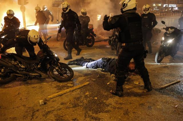 Atina'da sokaklar savaş alanına döndü, bir polis ağır yaralı