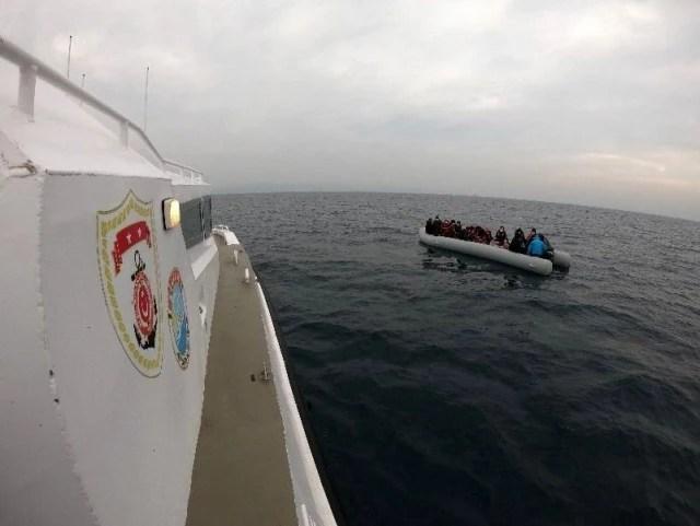 Ayvalık'ta Türk kara sularına itilen 44 mülteci kurtarıldı