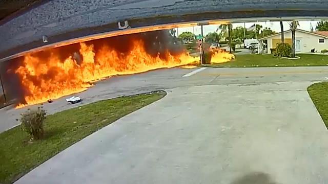 Uçak otomobilin üzerine düştü! Patlamada 2 kişi öldü, 2 kişi yaralandı
