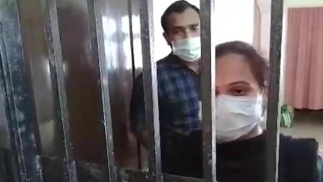 Karantinayı ihlal eden çift, komşuları tarafından demir parmaklıklarla eve hapsedildi