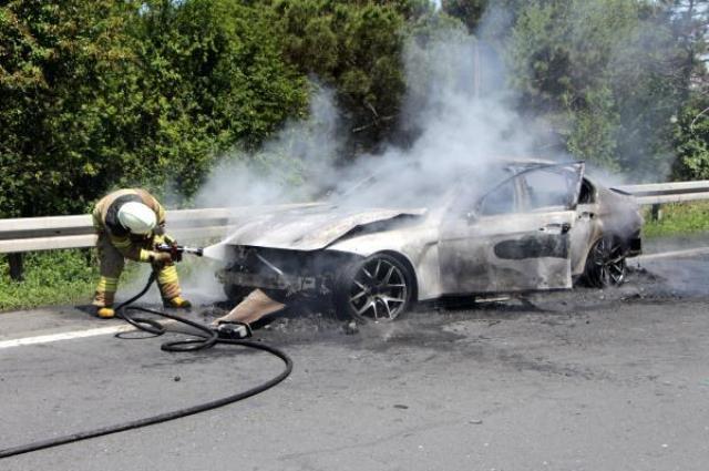 Seyir halindeki lüks araç, cayır cayır yandı! İçindekiler korkudan kendine gelemedi