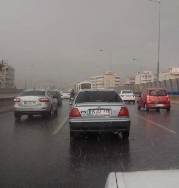 İzmir'de sağanak yağmur olumsuzluğu