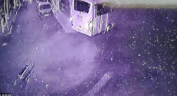 Son dakika gündem: Servis midibüsünün mobilya mağazasına girdiği kaza kamerada