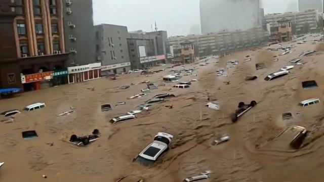 Sele teslim olan Çin'de dehşet anları! Akıntıya kapılan kişiyi kurtarmak isterken bir anda oluşan çukura düştü