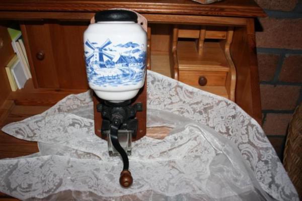 Ouderwetse koffiemolen met delfts blauwe schildering