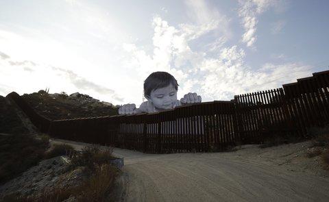 Risultati immagini per Al confine con Messico, un bimbo fa capolino