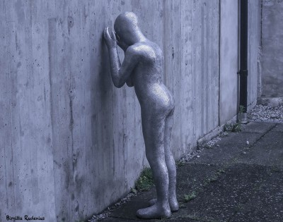 Blue - Statue towards the wall