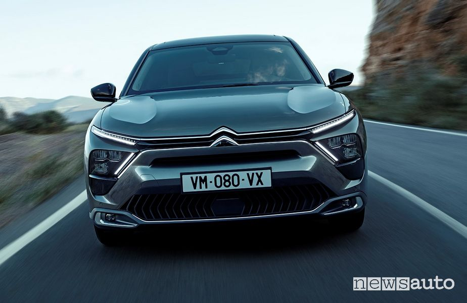 Front view of the new Citroën C5 X ë-hybrid on the road