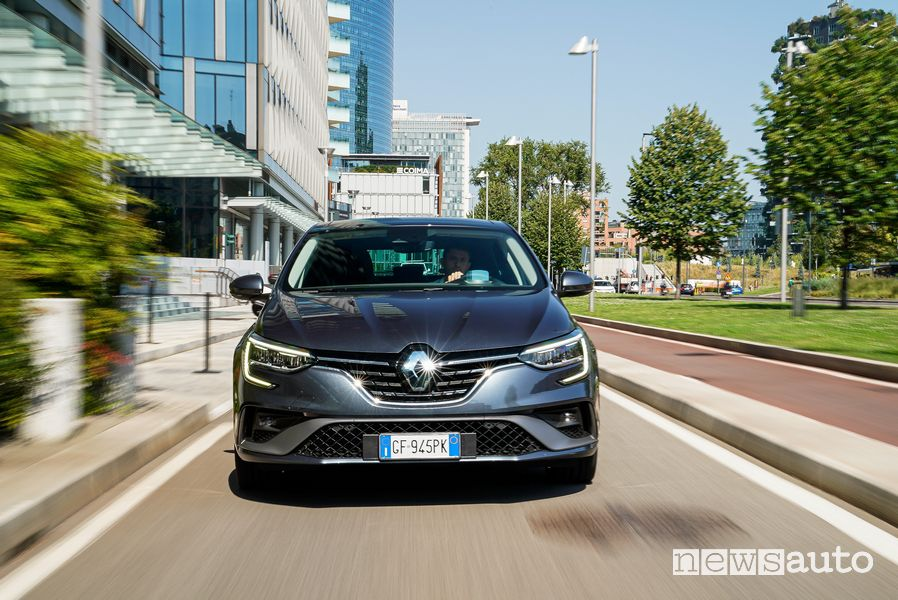 Front view Renault Mégane E-Tech Plug-in Hybrid Business on the road