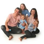 Perhe isä, äiti ja kolme lasta