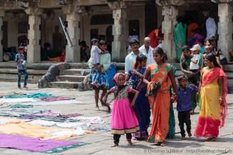Trocknen der Kleidung im Tempelinnenhof
