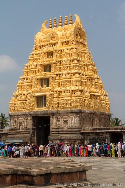Das goldene Gopuram des Tempels