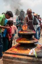 Hindu-Gläubige vollziehen ihre Rituale auf dem Tempelvorplatz