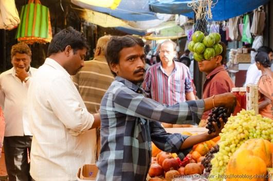 Obsthändler ordnet seine Auslage