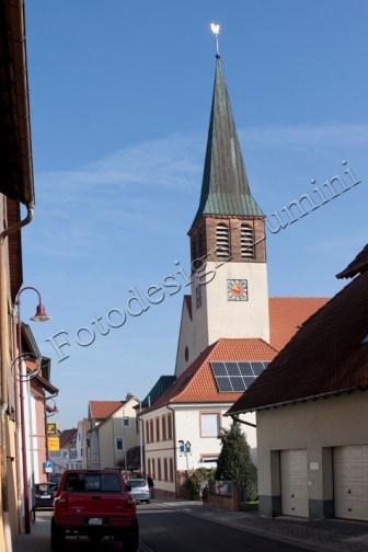 """Die frühere """"Einkaufsmeile"""". Links noch die kath. Kirche. und ganz unten die Apotheke. Auf der rechten Seite die Bäckerei Nagel. Früher gab es in dieser Straße noch einen Spar-Markt und eine Metzgerei."""