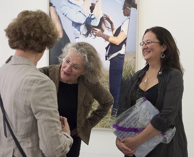 Els Barents, Leiterin Huis Marseille, inspiziert Barbara Klemm, rechts Celina Lunsford.