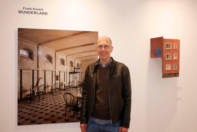 Frank Kunert vor dem Eröffnungsbild seiner Ausstellung Wunderland