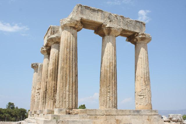 Kolumnada świątyni wsparta jest na czterostopniowym podmurowaniu, wzniesionym częściowo bezpośrednio na skale Wzgórza