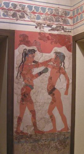 Fresk przedstawiający boksujące się dzieci w strojach mykeńskich. Czerwona barwa skóry jest charakterystyczna dla postaci męskich, kobiety przedstawiano z białą skórą. Ta konwencja została prawdopodobnie zapożyczona z Egiptu, była również stosowana później w greckim malarstwie wazowym.