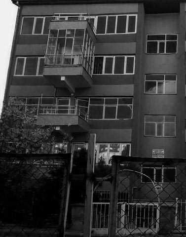 129 No'lu Apartman  ddiaya göre 2009 yılında meydana gelen olayda ODTÜ'de okuyan iki kız öğrenci, gece yarısı 01:00 sularında mumlarla bir takım satanist ayinler yaparlar. 129 no'lu apartmanın en üst katında kalan öğrenciler o gece dairelerinde gizemli bir şekilde ölürler. Apartman sakinlerine göre öldükleri gece şiddetli bir deprem olmuştur ve tüm apartmanda eşyalar sağa sola savrulup camlar kırılmıştır.