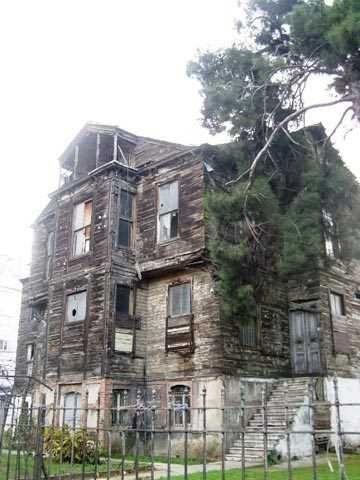 İncirli Caddesindeki Tarihi Ahşap Ev  İstanbul İncirli caddesindeki bu tarihi ahşap evde 70'li yıllardan beri gizemli olayların yaşandığına dair bir efsane var. Mahalle sakinleri arasında bu efsaneyi duymayan kalmamış. İddiaya göre ev beş saniyeliğine ortadan kaybolup tekrar geri geliyormuş. Bazıları bu olaya tanıklık ettiklerini söylese de çoğuna göre asılsız bir iddiadan ibaret.
