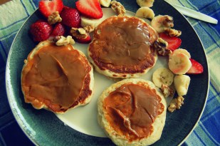 banana walnut pancakes with dulce de leche