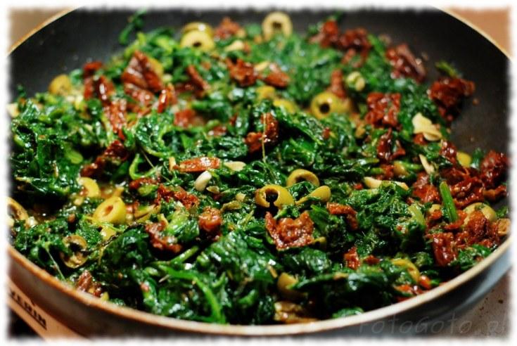 Pomidory z oliwkami i szpinakiem gotowe