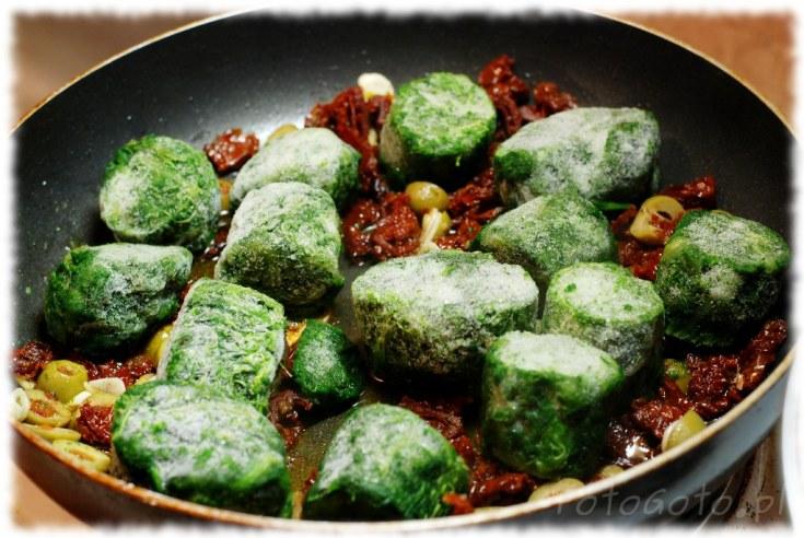 Pomidory z oliwkami i szpinakiem