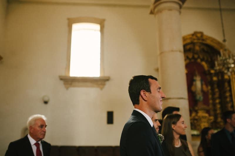 Noivo aguarda entrada de noiva