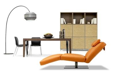 """La Natuzzi ha da qualche anno avviato la produzioni di mobili e complementi di arredo da affiancare alla produzione di divani. In questa foto un """"set"""" che suggerisce un acostamento tra vari elementi."""