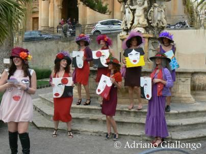 Flashmob presentazione quadri durante l'infiorata di Noto