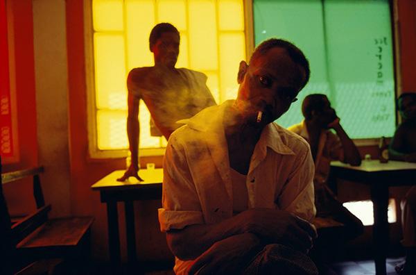 Alex Webb fotografia in un bar a Grenada