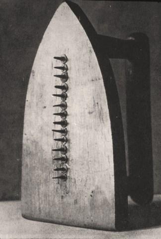 Man Ray fotografo e maestro della fotografia ferro da stiro con chiodi