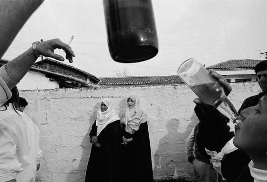fotografia di Nikos Economopoulos bianco e nero bambino bevendo