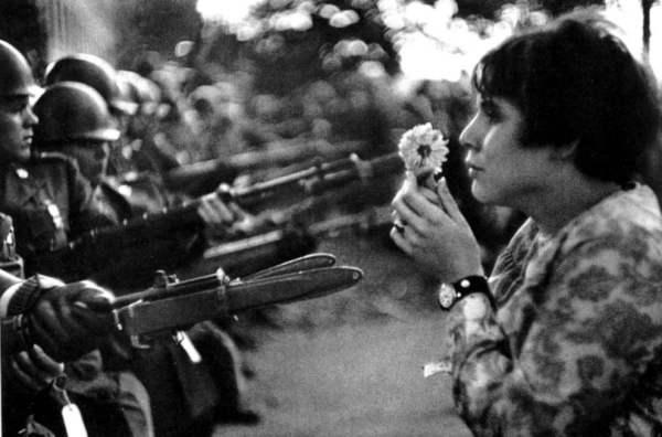 La ragazza con il fiore Marc Riboud Fotografia