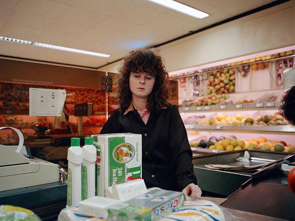 Fotografia a colori ritratto donna supermercato Paul Graham